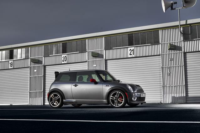 MINI Cooper S with John Cooper Works GP Kit (06/2019). Fuel consumption combined: 8.6 l/100 km CO2 emissions combined: 207 g/km.