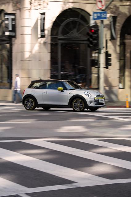 The new MINI Cooper SE (07/19). Combined fuel consumption: 0.0 l/100 km; combined power consumption: 15.0 – 13.2 kWh/100 km; combined CO2 emissions: 0 g/km.